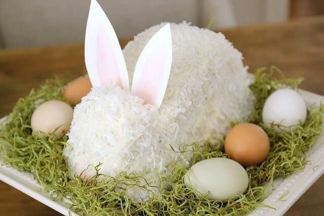 Пасхальный кролик на блюде.