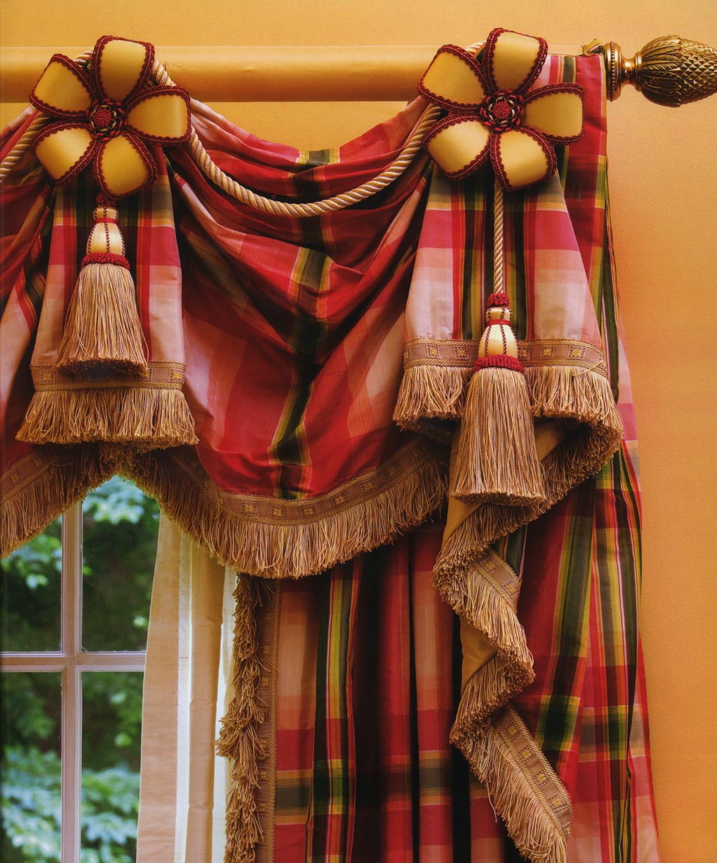 Аксессуары карниза (наконечники, кронштейны, кольца и держатели) также являются важным элементом декора.