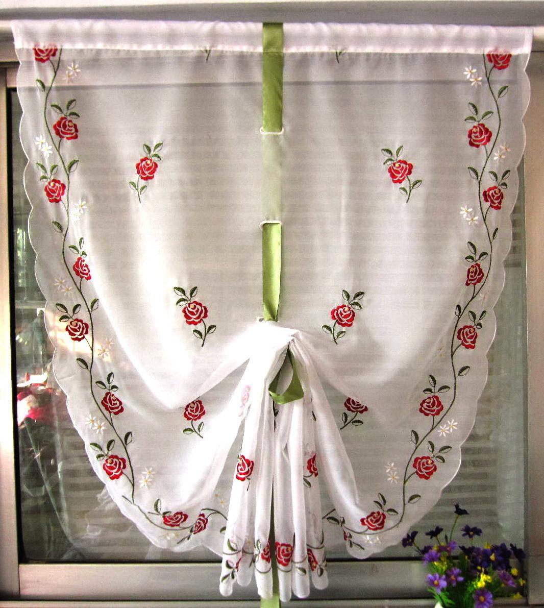 Занавески создают уютную домашнюю атмосферу, изготавливаются из натуральных тканей(хлопок и лен) и часто имеют рисунок: цветочный, в клетку и полоску.