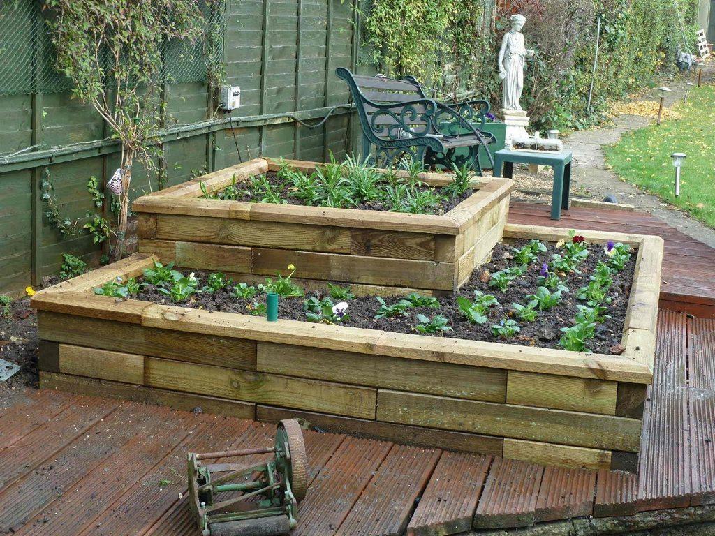 Используйте вертикальные грядки, в которых растения либо посажены, либо установлены на специальной конструкции в контейнерах