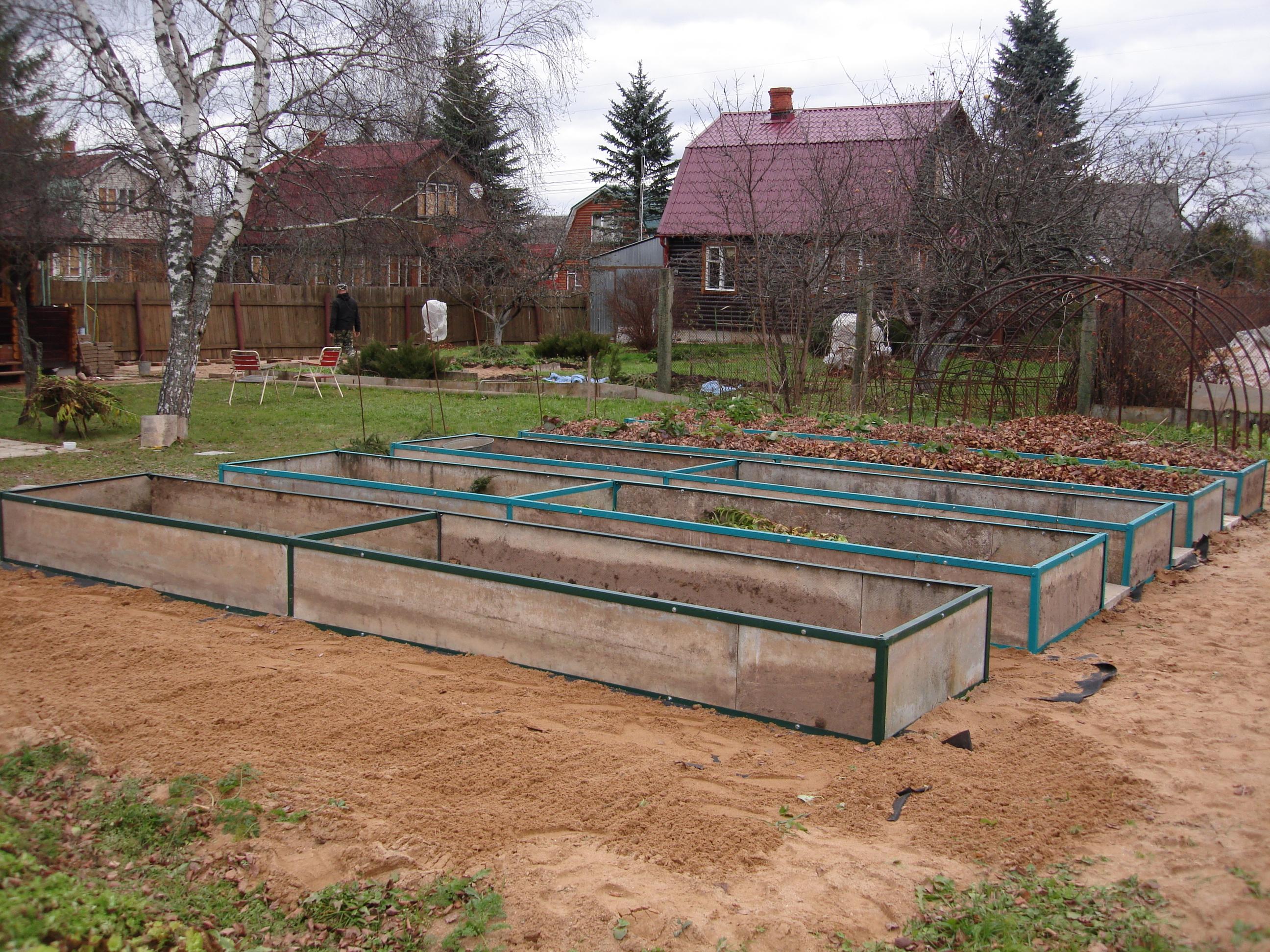 Организуйте 4 грядки для чередования овощных культур, это обеспечит севооборот.