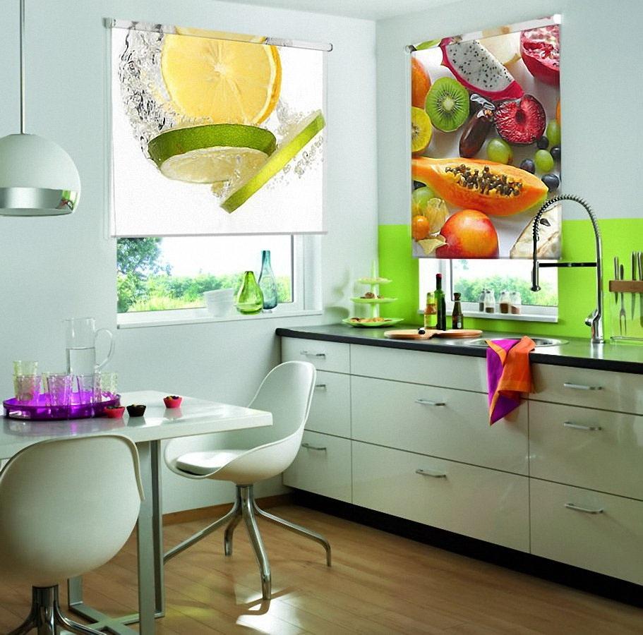 Рулонные шторы выполняются из тканей разных расцветок и плотности, и относятся к категории подъемных жалюзи.