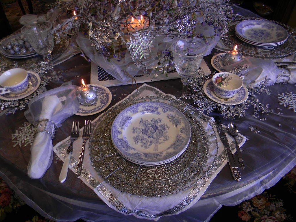 Обратите внимание на текстиль(скатерть, салфетки, дорожки) для стола.