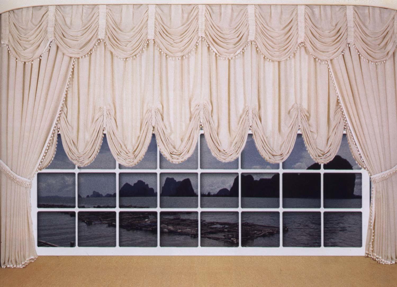 Рисунок на ткани для маркизов необходимо подбирать с учетом строения этих необычных штор. Отдавайте предпочтение либо однотонным тканям, либо вертикальной полоске.