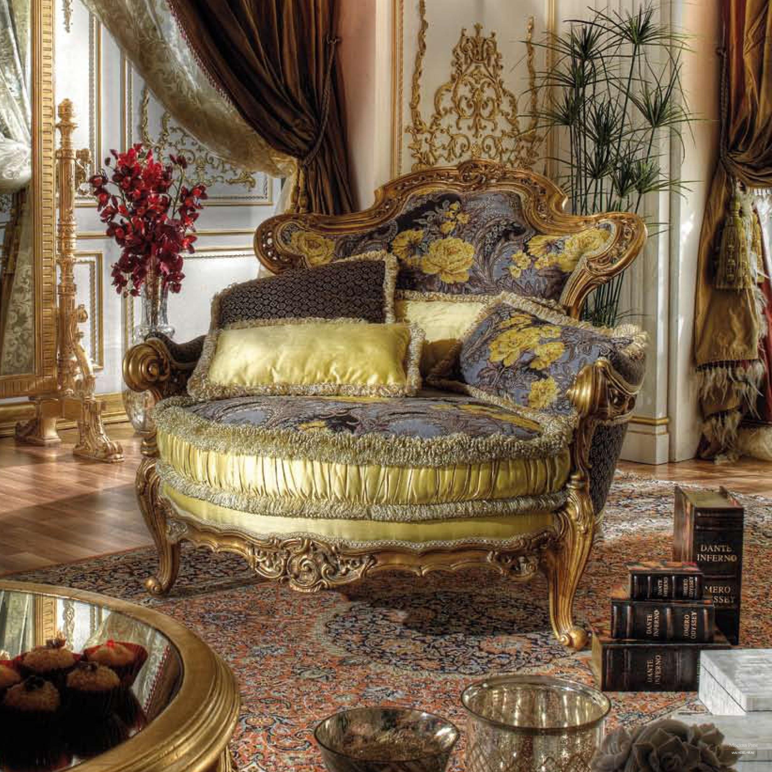 Декор на окнах и дверях имеет позолоту, а изысканная лепка украшает стены и потолки