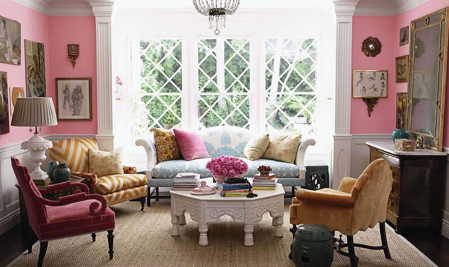 Мебель разных стилей объединяет декор в цвет стен