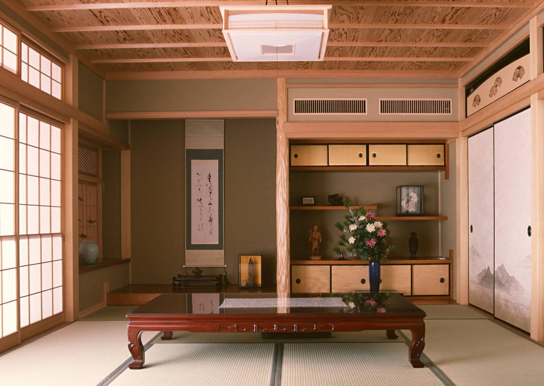 """Шкафы-купе, выдержанные в натуральных цветах и из природных материалов, разнообразные полочки или выдвижные ящички в нишах """"токономе"""", раздвижные системы, стилизованные под ширмы, поддержат японский дух вашей гостиной."""