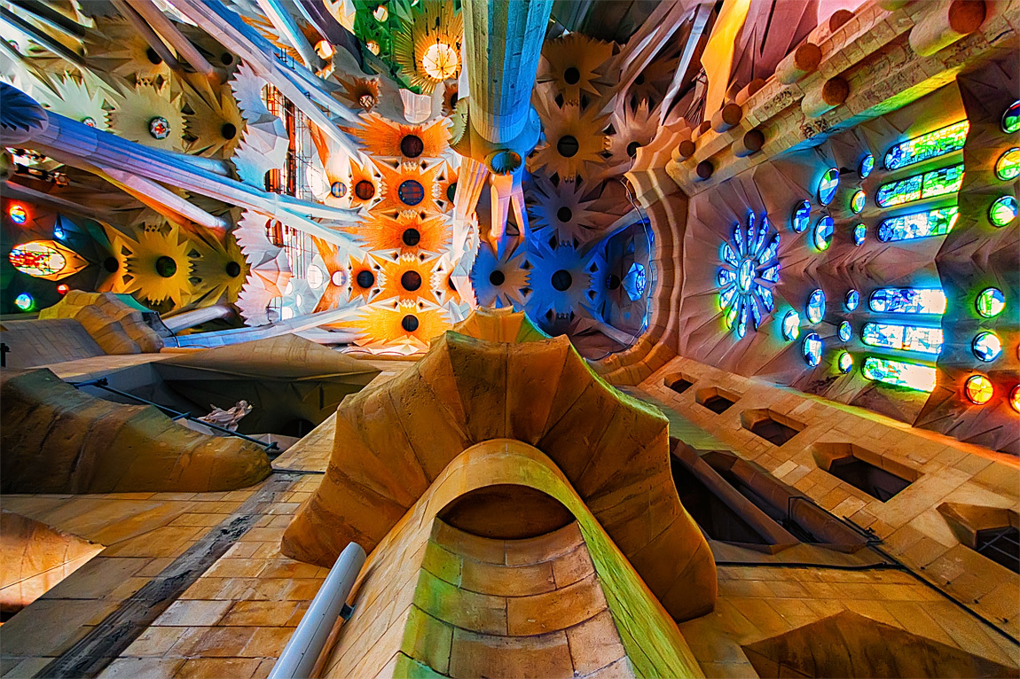 Вся внутренняя часть храма декорирована колонами, фресками, лепниной, мозаиками, скульптурами и росписями.