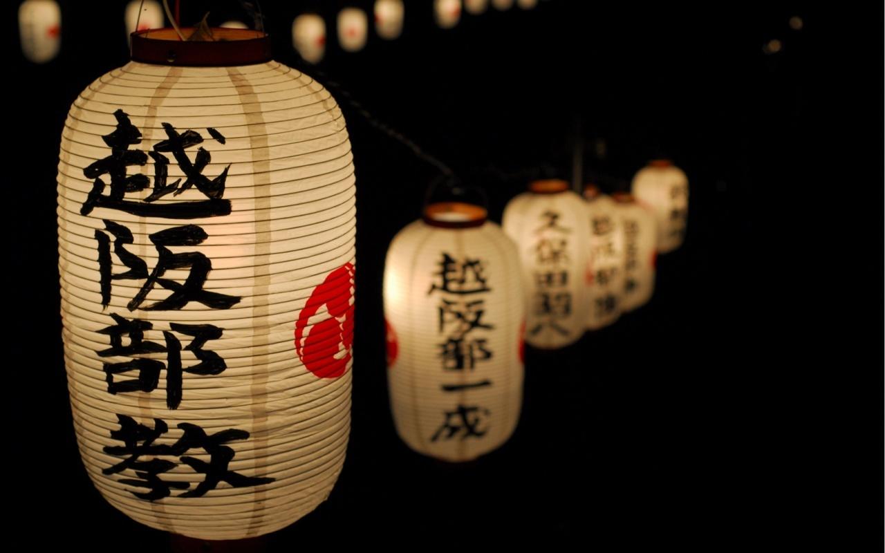 Украшениями интерьера такой гостиной послужат небольшие статуэтки, вазы, сад камней, и другие элементы японского декора.
