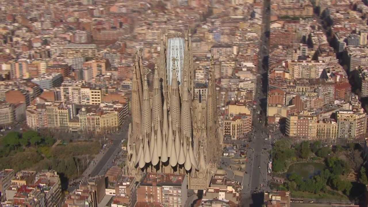 Базилика напоминает замок из песка с плавными линиями, без четких углов и с башнями-колокольнями, напоминающими формой веретено.