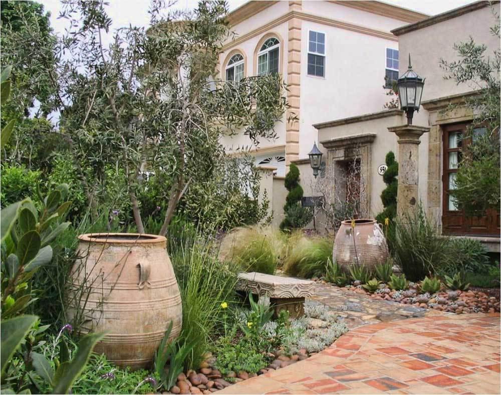 Сады Франции имеют свободное оформление, характерное стилям Прованс и кантри
