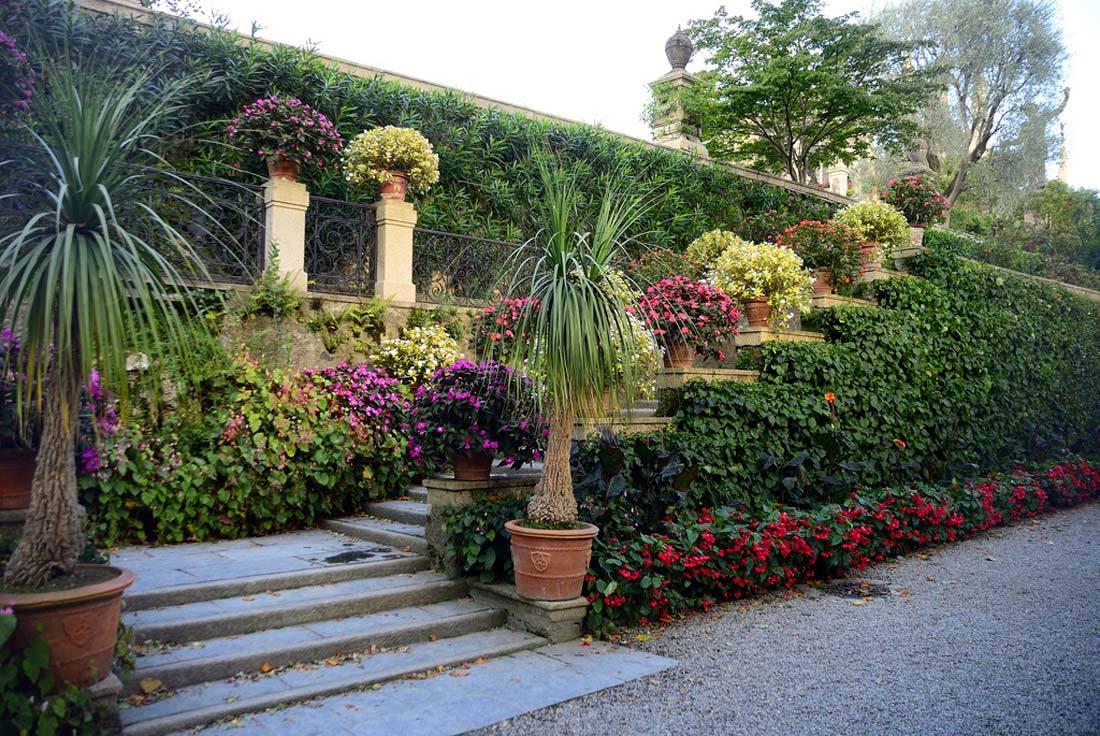 Сады обычно располагаются на сложном рельефе холмов, на террасах, имеют подпорные стенки