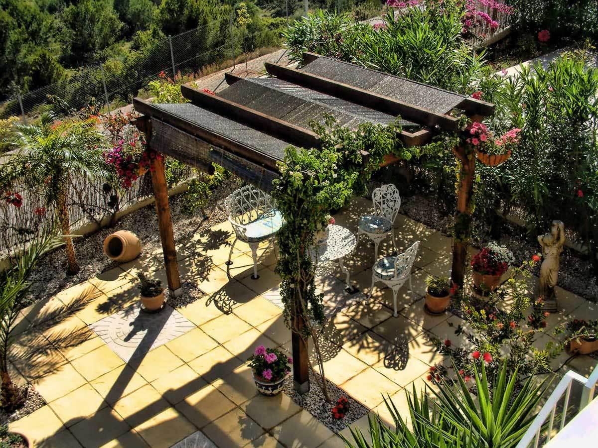 Много уютных зон отдыха, расположенных на террасах и патио
