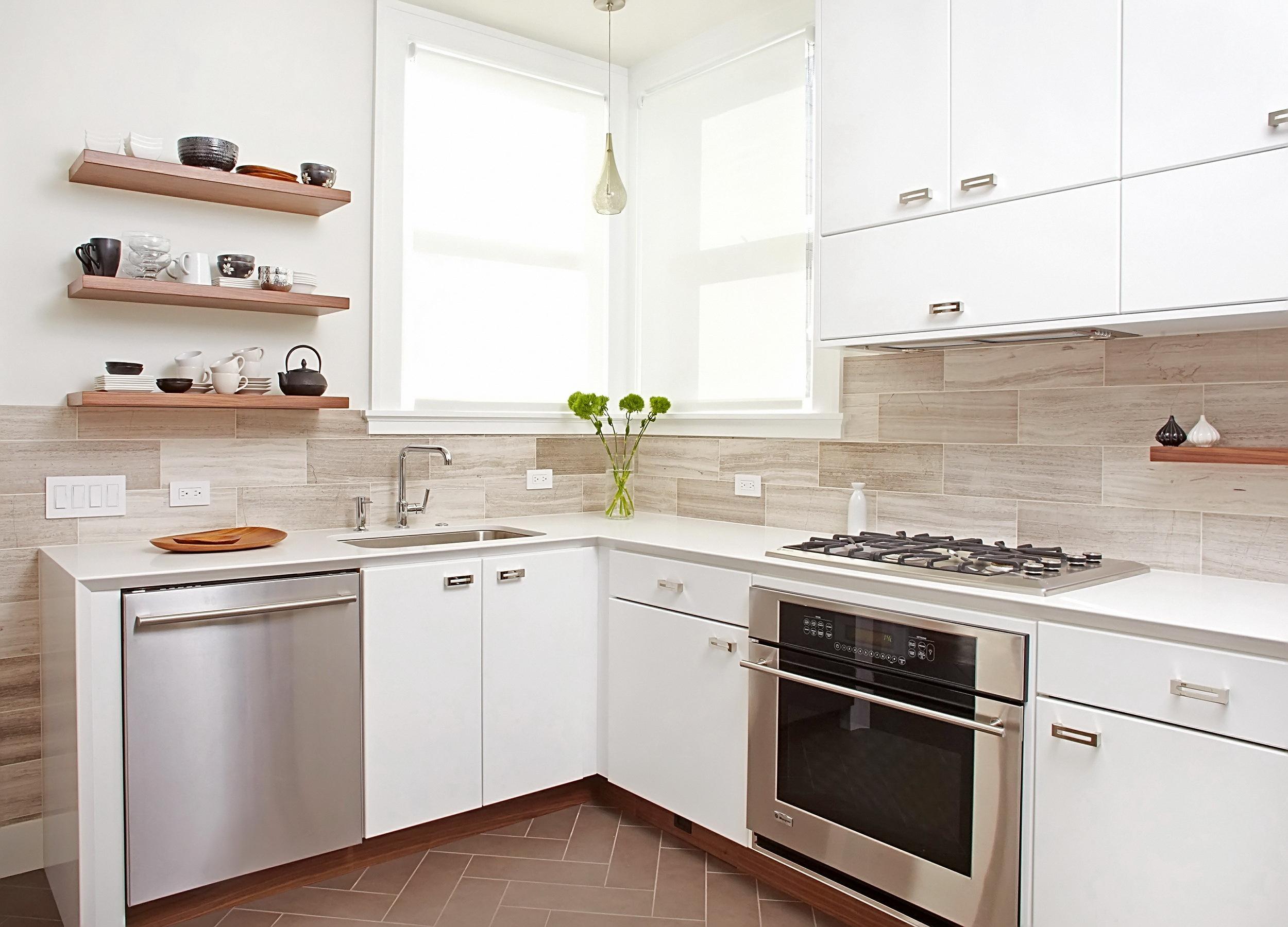 Рабочая поверхность должна быть сплошной, без разрывов предметами мебели или бытовой техникой
