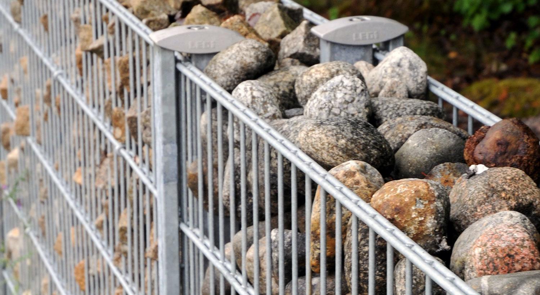 Натуральный камень, щебень, морская галька подходящего размера используются как основной материал
