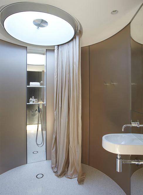 круглая ванная комната возле гостевой спальни