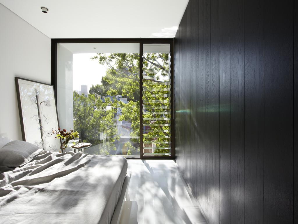 гостевая спальня со скрытой ванной комнатой и гардеробной.