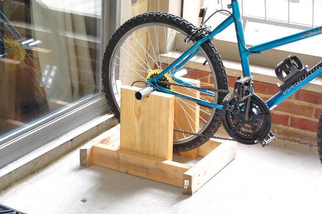 Самодельная конструкция поможет превратить велосипед в велотренажер