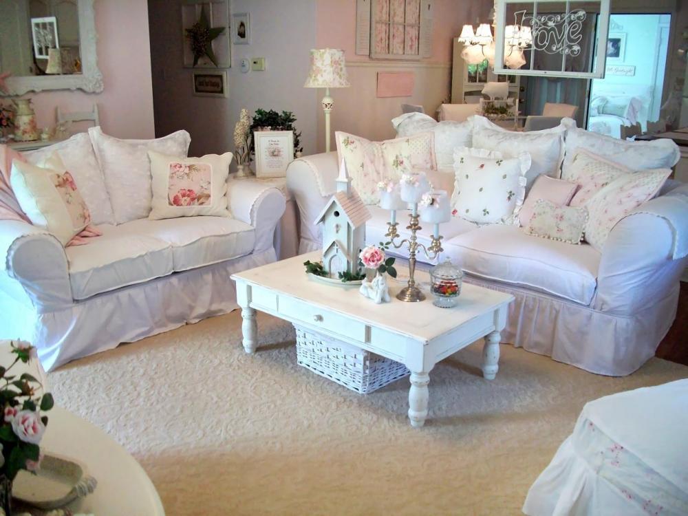Большое количество нежного текстиля, ажурных салфеток, подушек, вазочек, розочек, птичек, рюшей