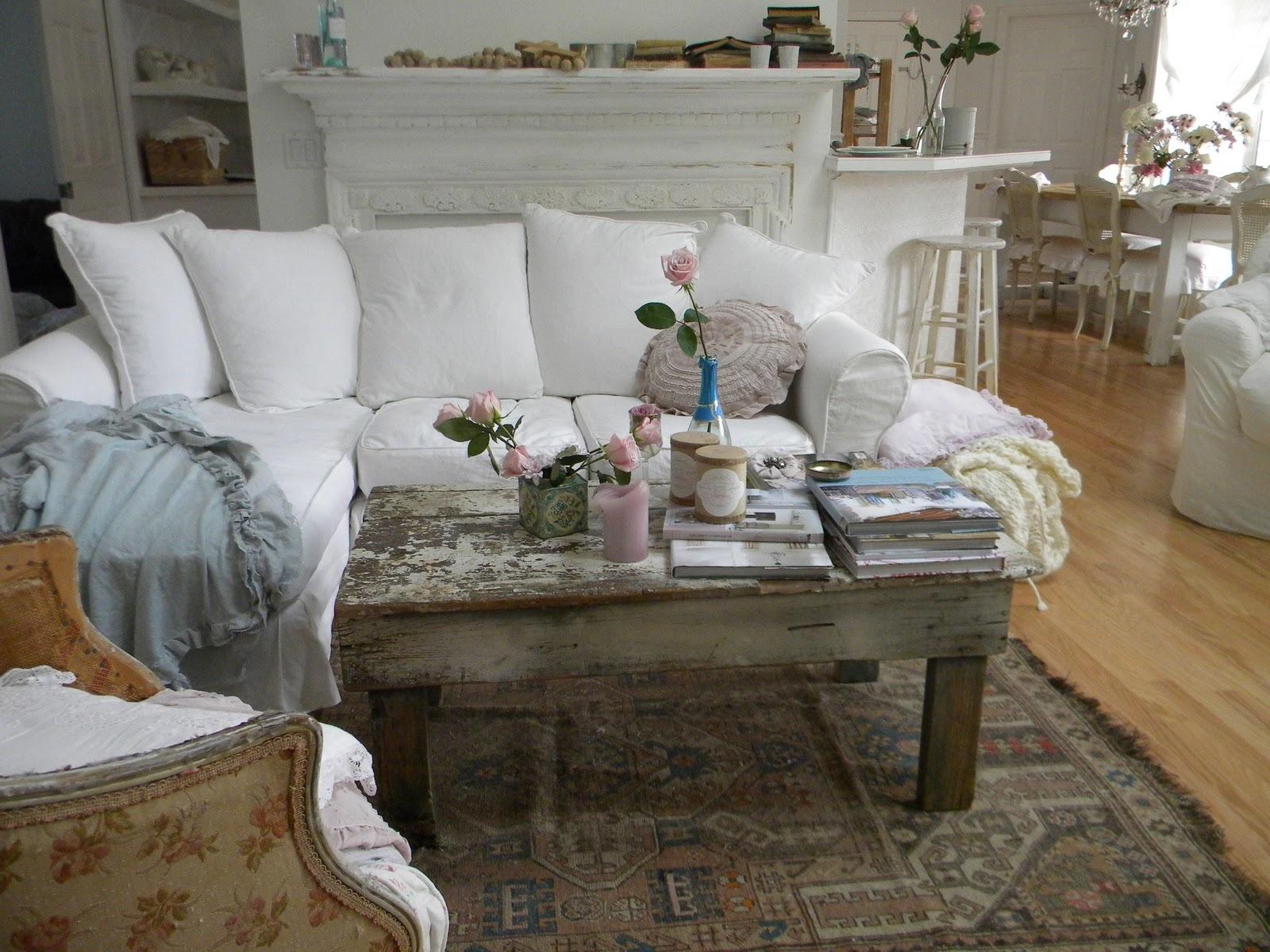 Пол, как и вся мебель в гостиной, чаще всего деревянный