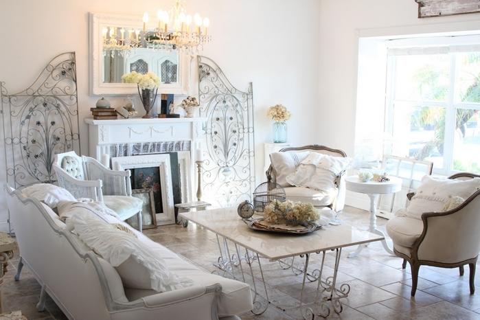 Большое количество кресел и стульев в стиле барокко или рококо со светлой однотонной обивкой