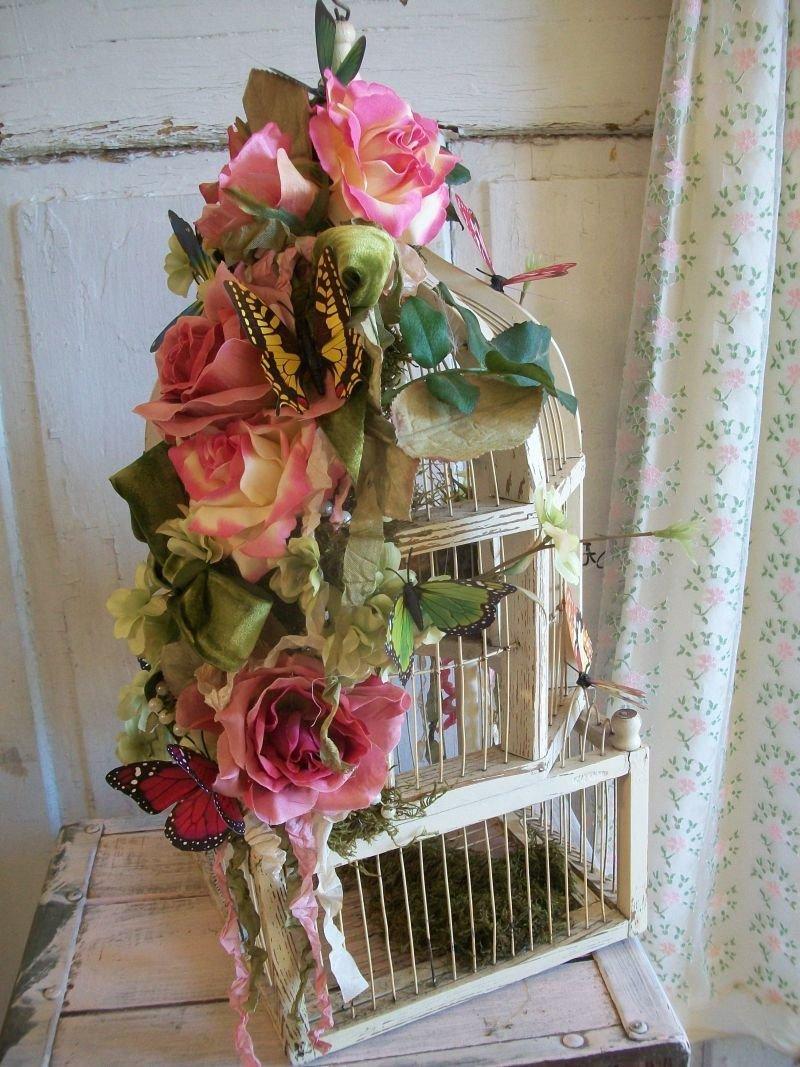 Клетка для птички (пускай даже пустая, но украшенная цветами)