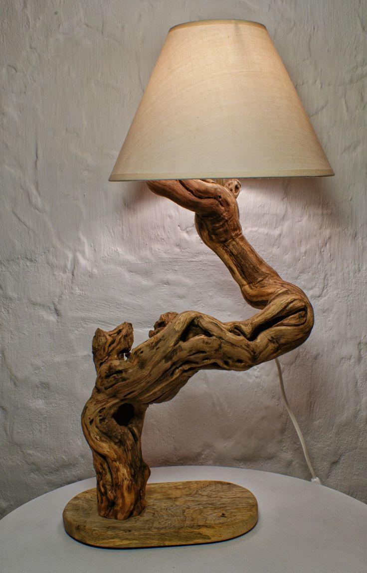 Плафон можно прикрепить на сухую и обработанную корягу или ветку, имитирующую деревце.