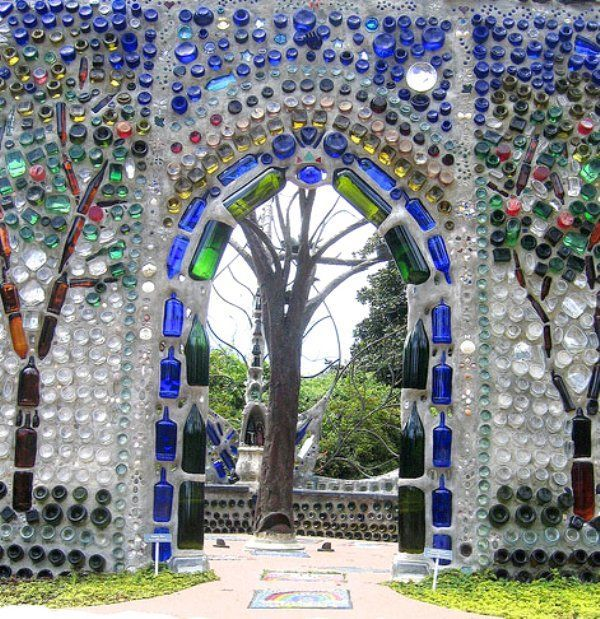 Арка с мозаикой из цветных бутылок