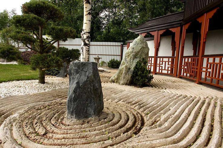 Волнистые линии, нарисованные на песке, символизируют воду
