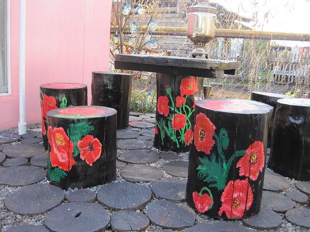 Садовый стол расписанный в народном стиле