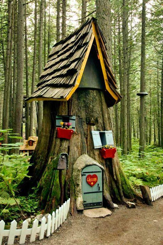 Сказочный домик из спиленного дерева