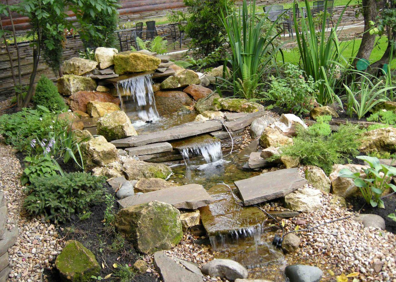 Натурально смотрится каскад водоемов с ручьем и водопадом только на фоне крупной альпийской горки или при использовании особенностей рельефа местности. Сооружение не должно быть громоздким, а камни должны иметь естественную форму.