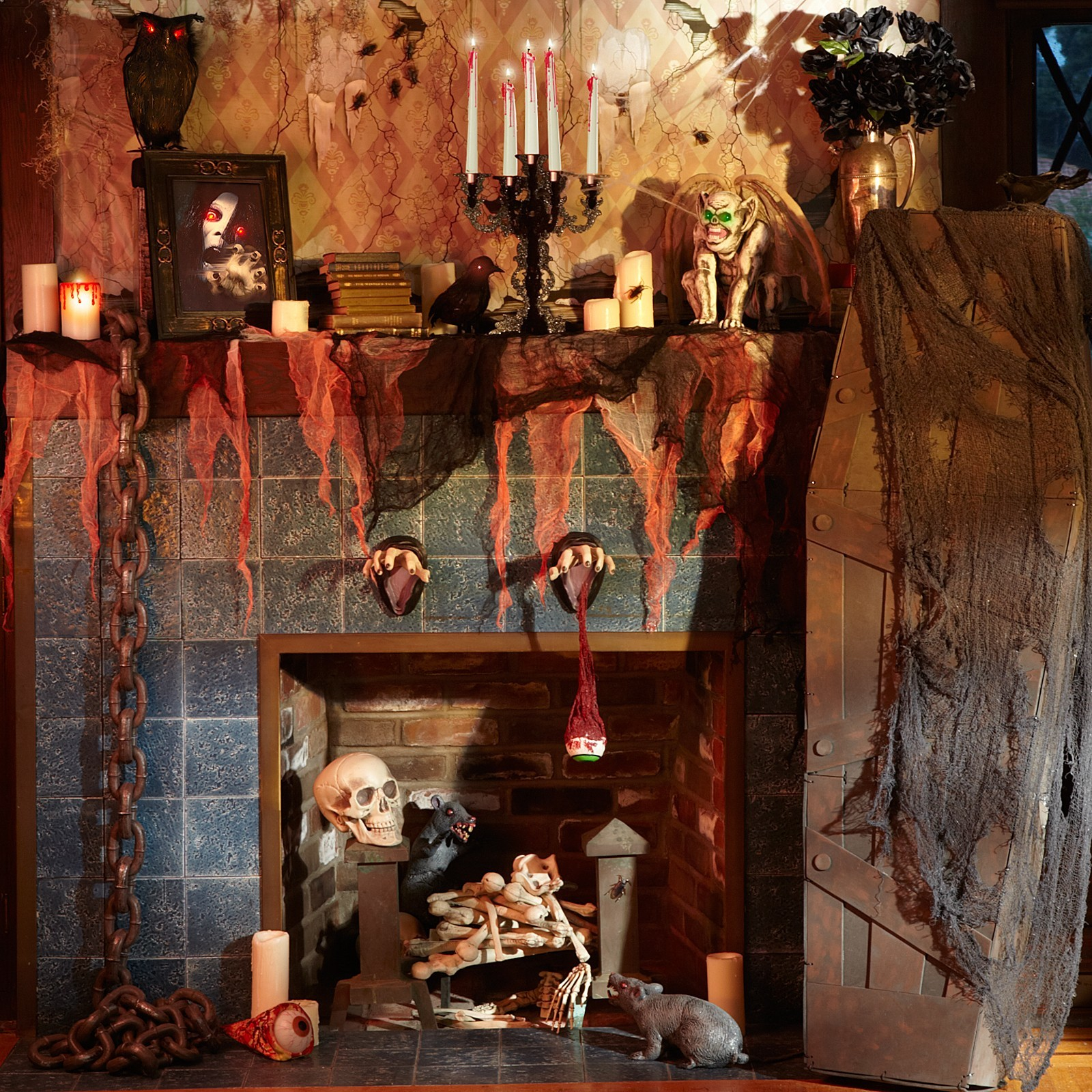 Черепа, паутина и свечи на камине