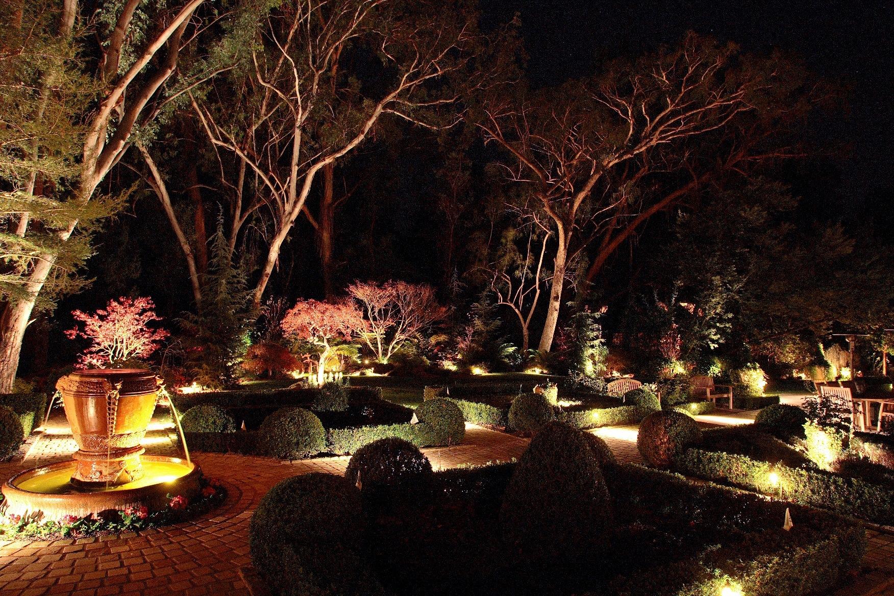 Великолепное зрелище альпийская горка будет представлять не только днем, но и ночью, если разместить между валунами, возле интересных по форме или цвету растений подсветку или светонакопительные фонарики.