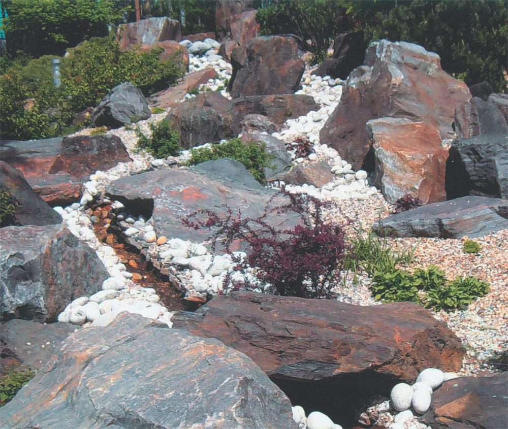 Так как рокарий - это ландшафтная композиция из камней и растений, где главный акцент ставится на камни, имеет смысл отдавать предпочтение породам неярких, естественных тонов: оттенки серого, желтоватого или бежевого.