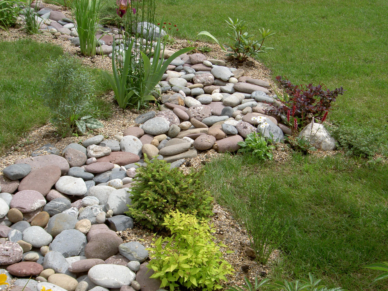 Жесткое основание, хорошо пропускающее влагу, не позволяет камням проседать. Насыпаем слой грунта, в который затем укладываем камни.