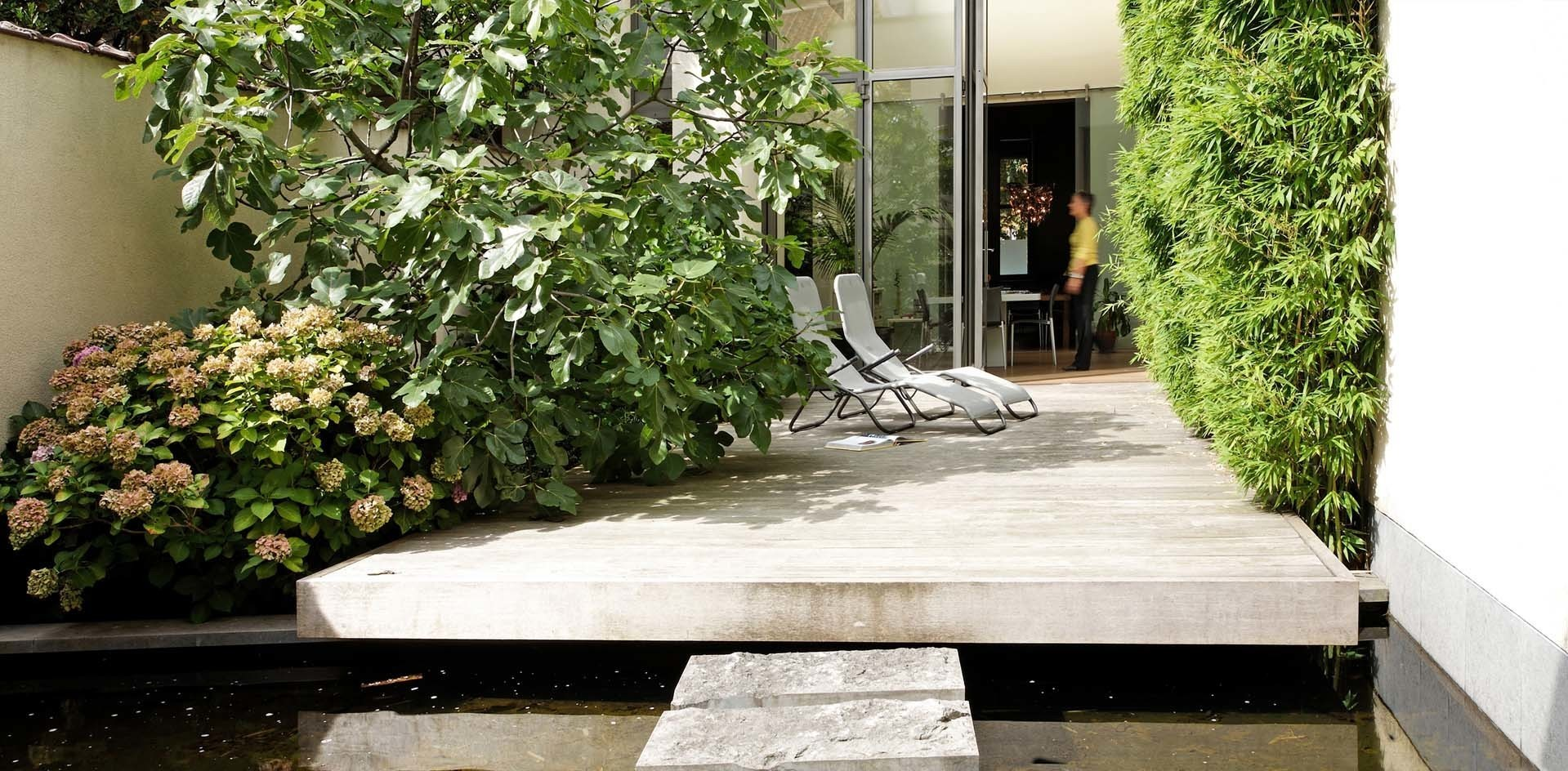 Водоем и вертикальное озеленение в маленьком дворе