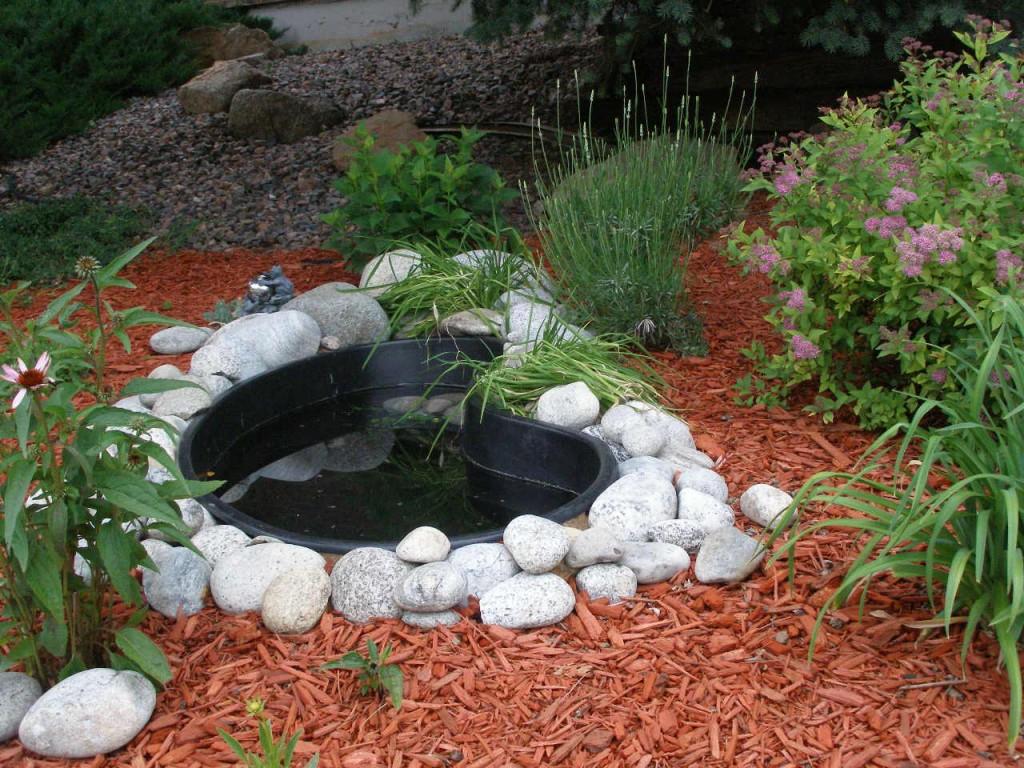 Самый простой способ соорудить своими руками водоем — это приобрести готовую чашу жестких форм (штампованных форм) из пластика или стекловолокна.