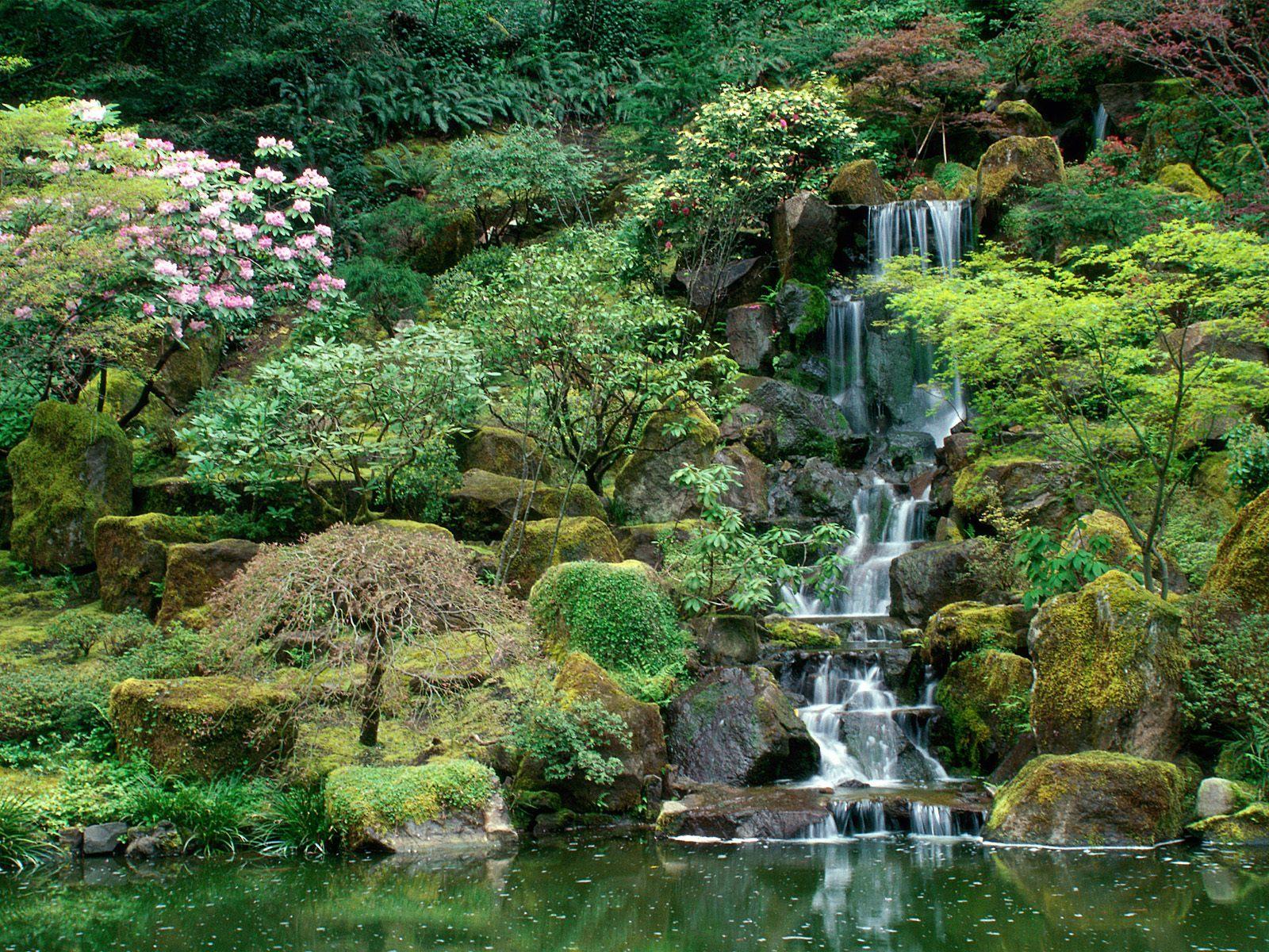 Водопад. Его прелесть в шуме воды, падающей с высоты в чашу искусственного водоема. В струях отражаются солнечные блики, а воздух насыщается влагой и свежестью.