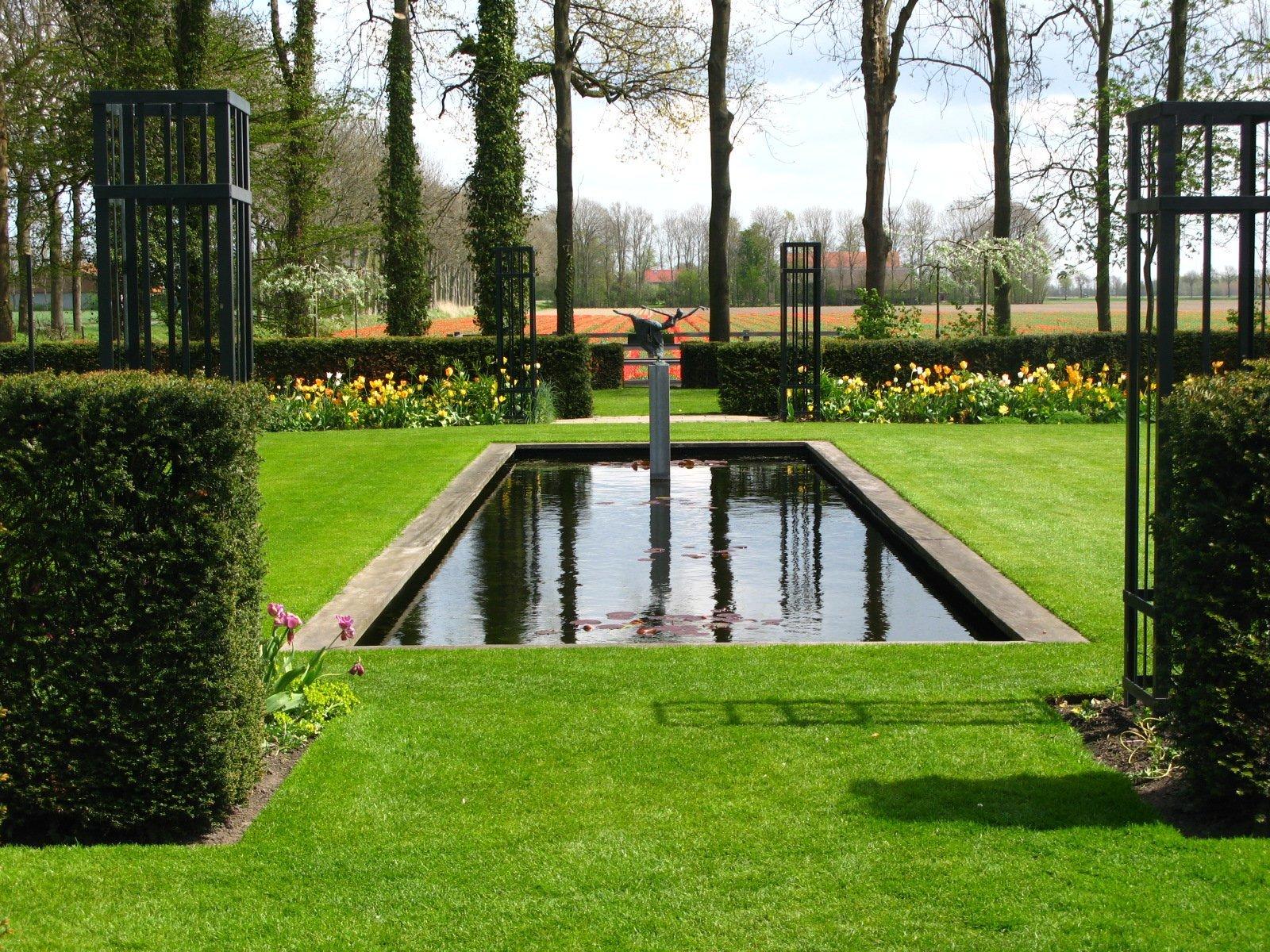 Формальный пруд - прекрасный вариант для небольшого участка: выглядит аккуратно и вписывается в любой свободный уголок территории.