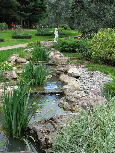 Звонкий, веселый ручей оживляет пейзаж вокруг и насыщает воздух влагой.