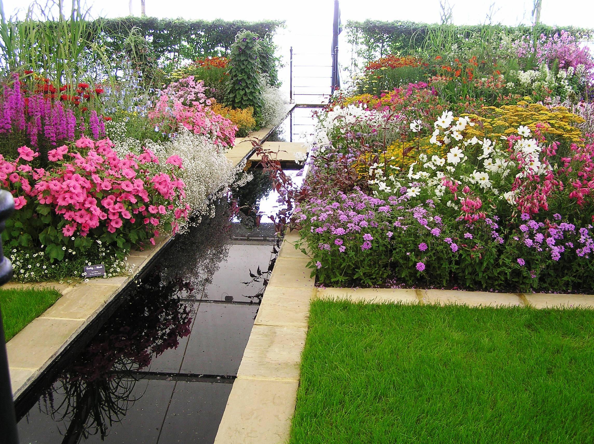 Формальный пруд - прекрасный вариант для небольшого участка,так как имеет четкие линии и может обходиться без прибрежных растений.Простая и аккуратная форма такого водоема легко совмещается с любым стилем сада.