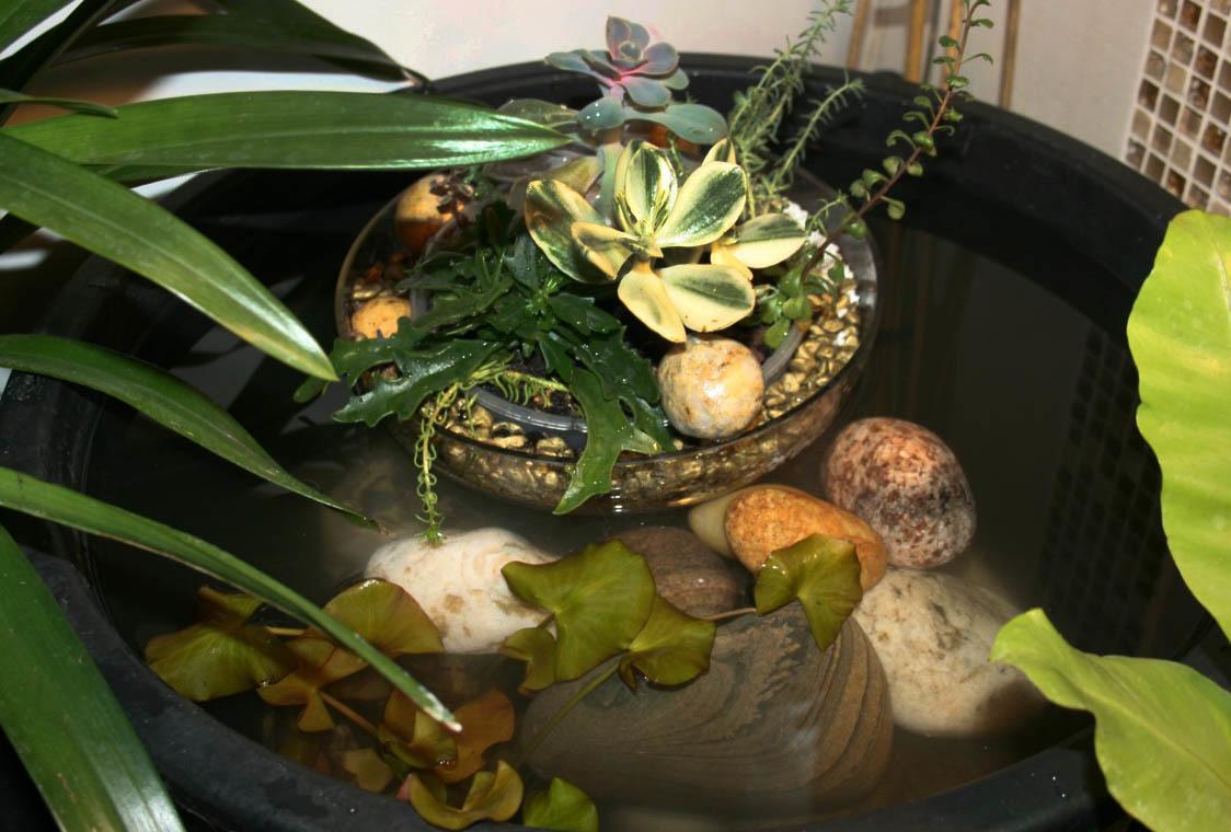 В небольшой ёмкости можно разместить плавающие растения или фонтанчик с собственным круговоротом воды.