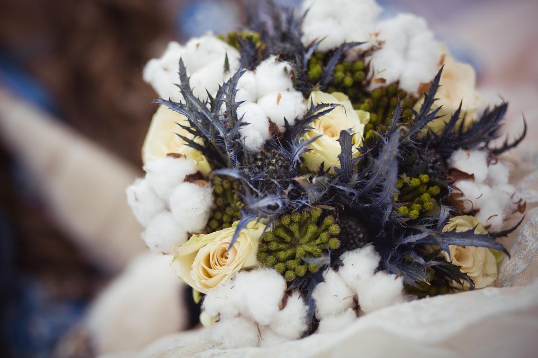 Зимний букет из хлопка, эрингиума и роз, брунии.