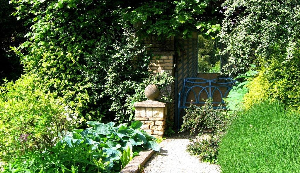 Самый неказистый забор, в который всегда упирается взгляд, вдруг превращается в таинственную калитку ведущую в сказочный лес (поле, сад, луг), а возможно, глухая стена садовой постройки вовсе не стена, а арка с плющами.