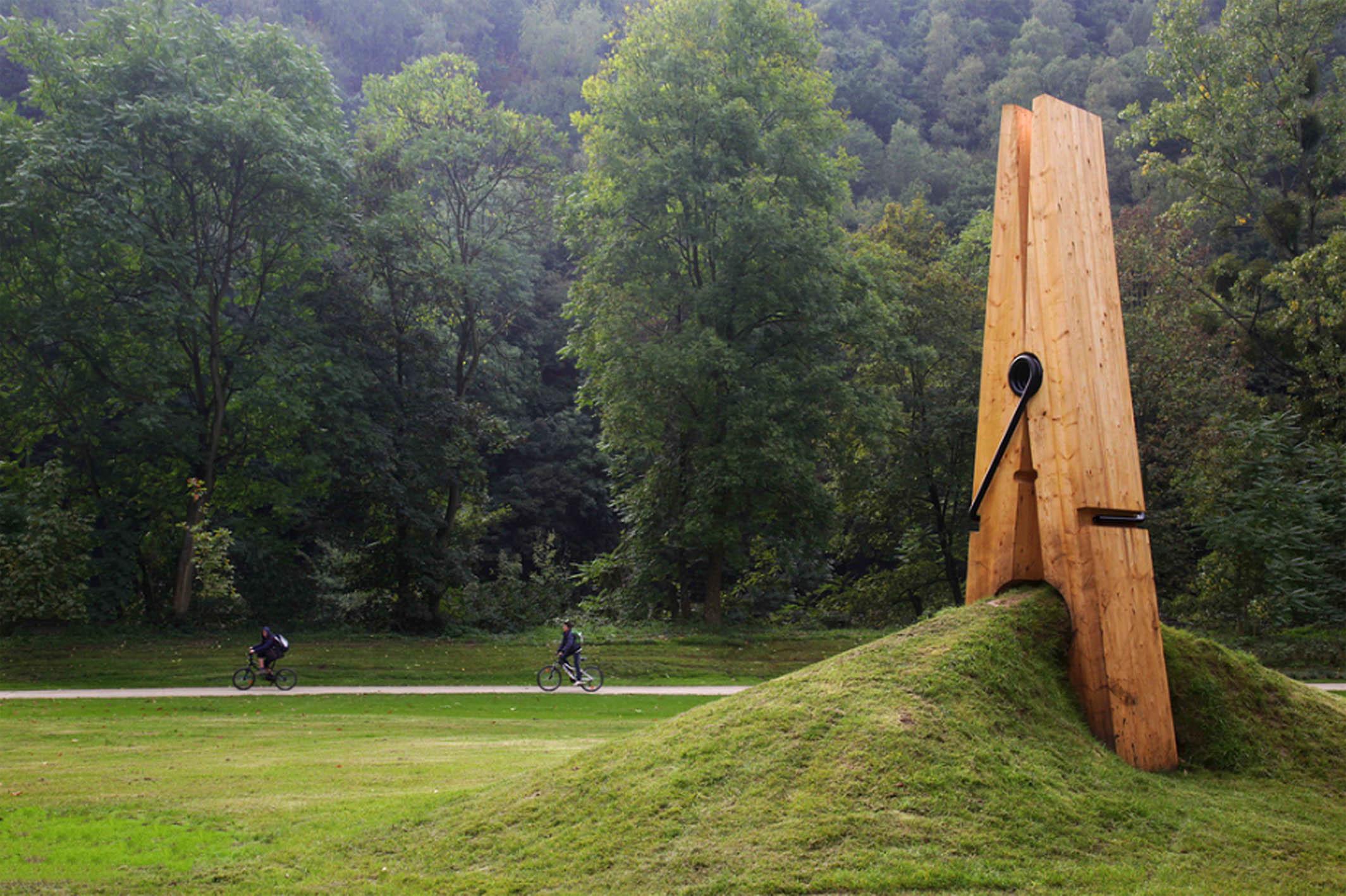 Гигантская прищепка в ландшафте бельгийского парка Chaudfontaine