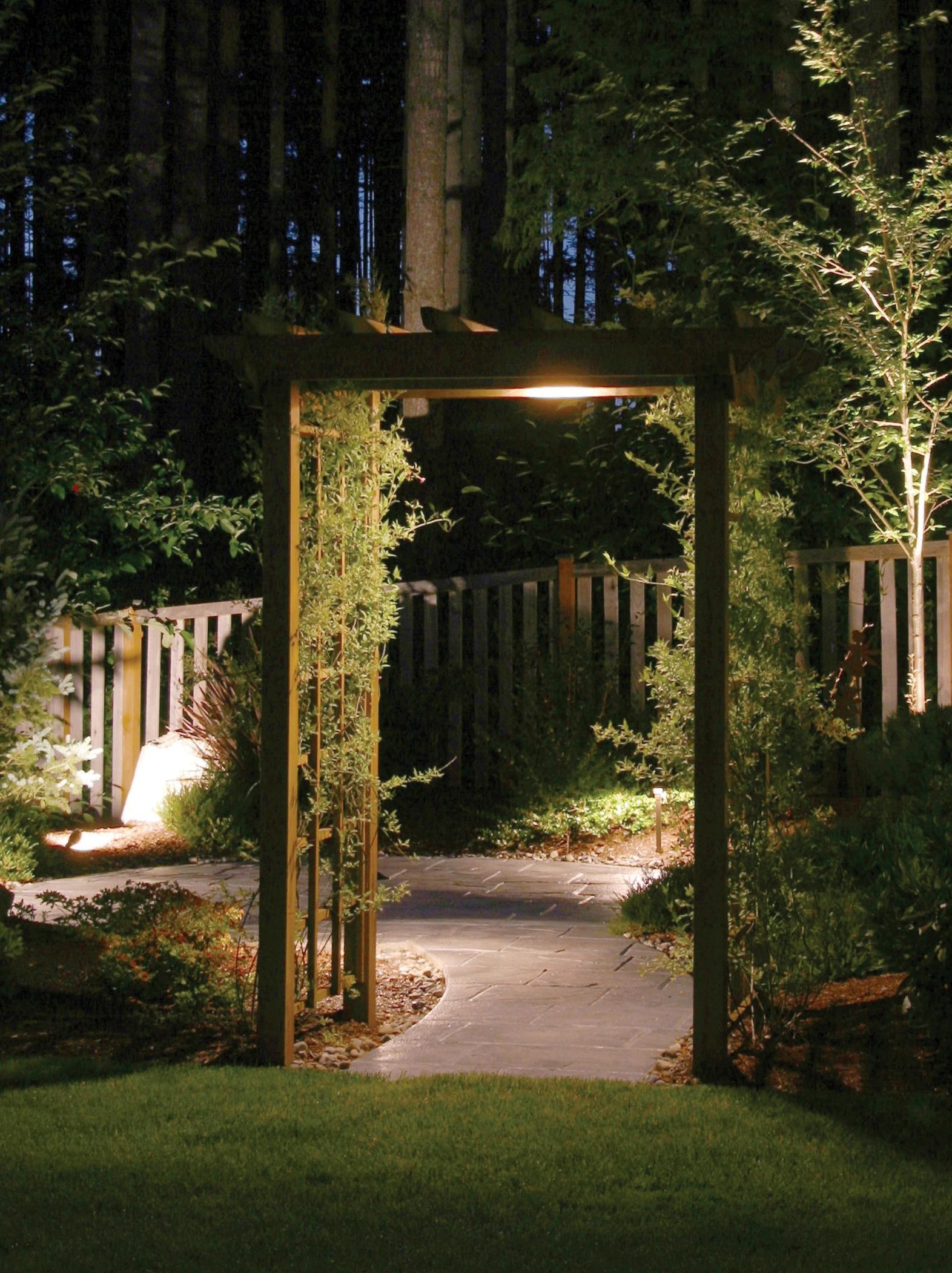 Линию обзора разделяют с помощью арок и пергол с вьющимися растениями.Теперь, для того, чтобы осмотреть всю территорию, необходимо будет переходить из одной зоны в другую.Освещение-тоже способ изменить пространство!