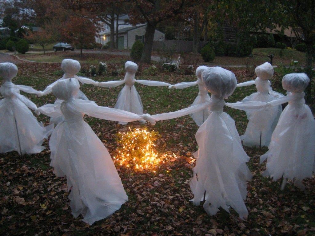 Привидения, хоровод на газоне