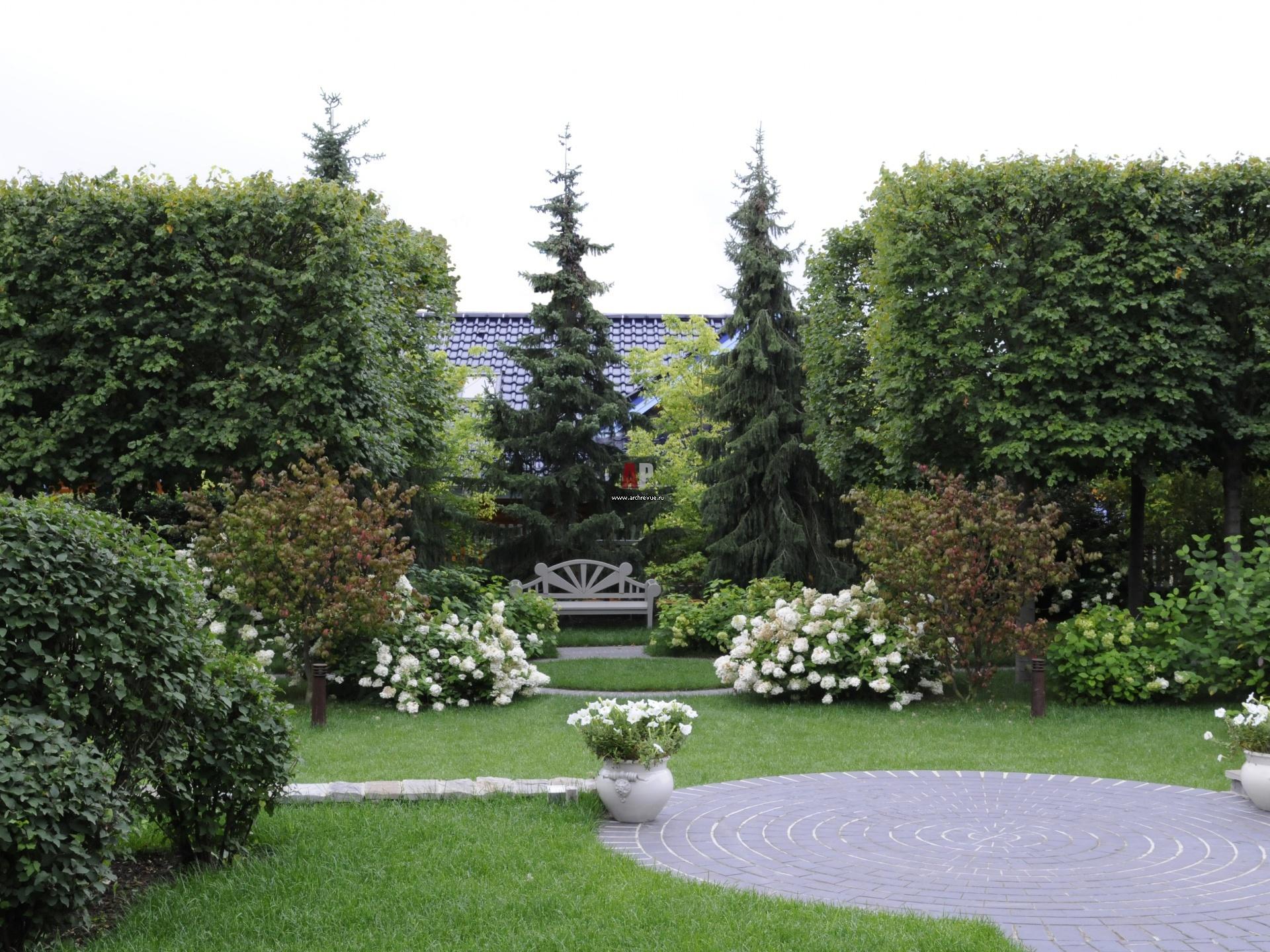 В конце перспективы cада дизайнеры установили лавочку.Она продолжила линию одной из дорожек и зрительно увеличила размеры сада.