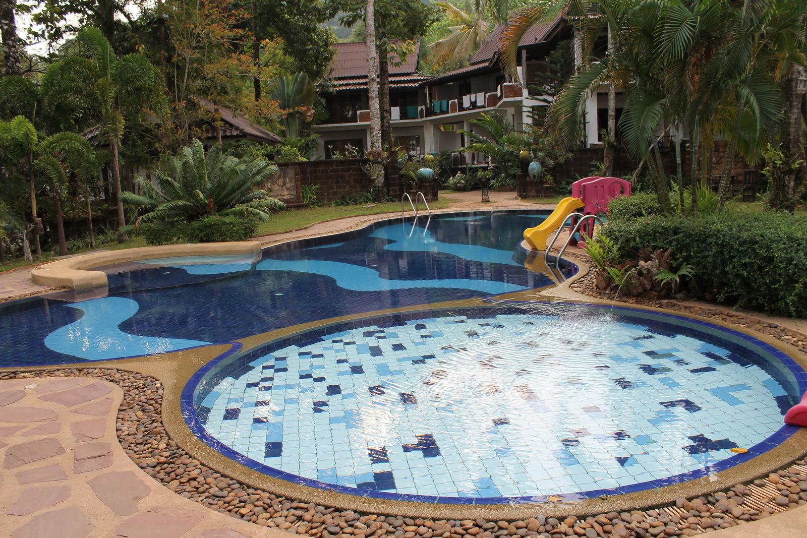 Если зоной активного отдыха стал бассейн, то покрытие подбирают не скользкое , удобное для передвижения после выхода из бассейна.